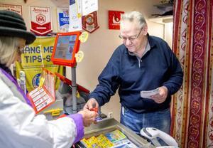 Sista månaden i kiosken. I slutet av mars lämnar Jan Waltersson över nycklarna till de nya ägarna.