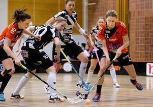 Michelle Linhart, Rönnby, här i duell med Pixbospelare under förra säsongen.