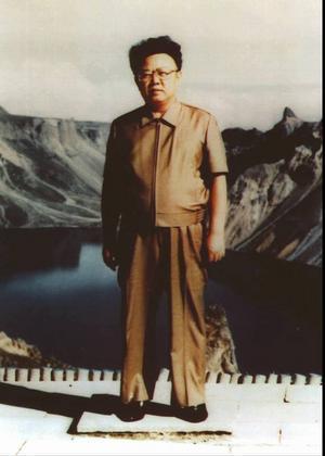 Bilderna berättar. Om ledaren Kim Jong Il porträtterad framför de revolutionära berg som alltid är revolutionärt snöklädda oavsett vad ögat ser.