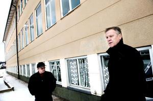 På måndagsmorgonen kunde vaktmästarna Tarmo Kerkelä och Göran Arnberg konstatera att ett 40-tal fönsterrutor krossats vid Tjärnaskolan under helgen.