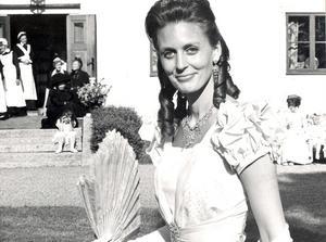 Elisabeth Westerdahl i sin farmors balklänning från 1890-talet.