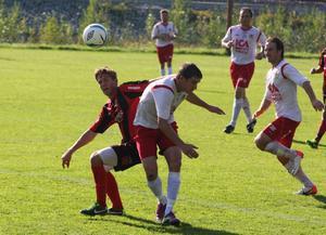 Den här duellen mellan Frånös Kalle  Hellström och Junseleförsvararen Valentin Ivahnenco slutade oavgjort. Matchen den vann Junsele med 4-2.