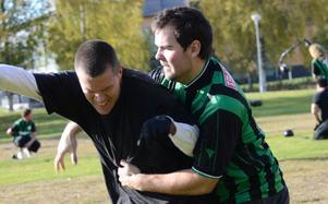 Fysiskt. Jugger är en helt ny sport i Sverige och beskrivs som en blandning av rugby och fäktning. Under helgen ordnades en prova-på-dag på Loppholmarna i Lindesberg där också två lag från Sverige möttes för första gången.