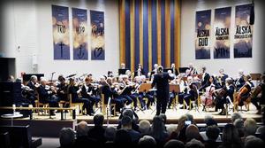 Örnsköldsviks Musiksällskap och ensemblen Stråkar för alla tillsammans på Pingstkyrkans scen i söndagskväll.