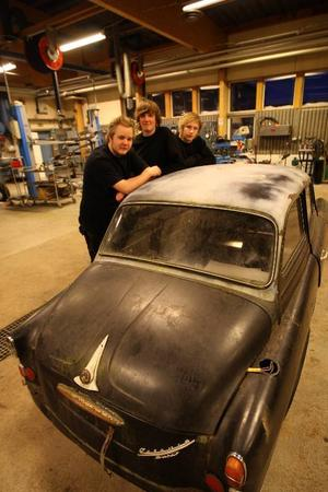 Johannes Larsson, Magnus Svensson och Erik Dahlgren ska tillsammans med övriga klasskamrater se till så att Skodan blir en pärlaFoto: Håkan Degselius