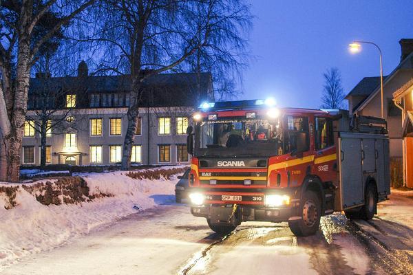 Räddningtjänsten under utryckning på en bilbrand i centrala Sveg.