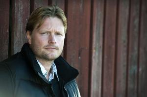 Mika Savolainen, 39 år, berättar hur han som liten utsattes för psykiskt och fysisk misshandel i sitt fosterhem. Om han får ekonomisk ersättning har han idéer om att starta en fond eller stiftelse för andra drabbade barn.