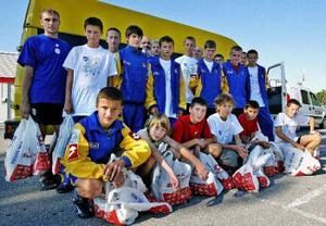 Femton glada fotbollsspelare som tillbringat en härlig sommarvecka i Sverige. De är några av de ungdomar i staden Zhitomir som skrivit kontrakt på att de inte ska använda droger.