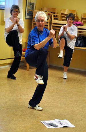I den här övningen skulle deltagarna slå armbågarna i knäna.