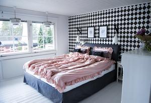 Sovrummet är stort och ljust. Åsa har hunnit tapetsera fondväggen två gånger sedan de flyttade in.