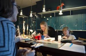 Sophie Jakobsson och Birgitta Wallin koncentrerar sig djupt under skapandeprocessen.