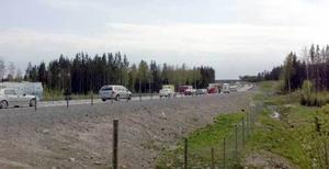 Långa köer på E4 vid avfarten till Enånger.