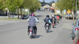Vi drar till centrum. Mopedkaravanen är på väg. Sextioårsfirandet på hjul pågår. Sikforsvägen, Hällefors, 23 maj 2012.