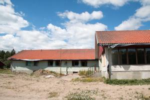 I december är det inflytt i lägenheterna. Huset målas om och får en milt grön kulör.