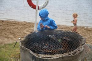 Det var inte det perfekta badvädret så det var en del som frös, och ett knep var att ställa sig framför elden för att få värme.