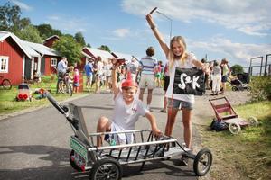 Det segrande laget från Sörfjärdens Lådbilsklubb vann den fina vandringspokalen.
