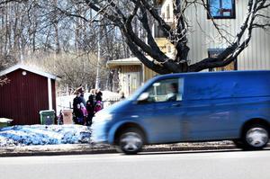Redan i dag är Strömsbrovägen hårt belastad och många av barnen måste ta sig över en tätt trafikerad korsning för att komma till förskolan.