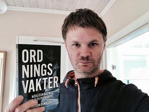 Kolbjörn Guwallius med sin nya bok Ordningsvakter  - nödlösningen som blev permanent.