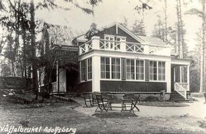 Dags för fika. Här låg kaféet Våffelbruket.Foto ur arkivet Adolfsbergs hembygdsförening, Arkivcentrum Örebro län.