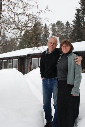Bo och Gudrun utanför sitt hus.