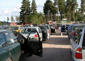 Smakprov 3. Bilbingon på Arbrå IP lockar många besökare.