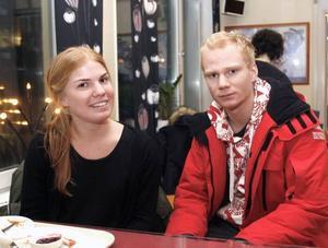 """UTFÖRSÅKARE. Syskonen Jonna Söderqvist, 22 år och Anton Söderqvist, 20 år från Nacka (här ovan) är på väg hem igen. De har varit i Åre sedan förra söndagen med sina föräldrar. """"Vi har åkt slalom och våra föräldrar har åkt längdskidor"""", säger Jonna Söderqvist."""