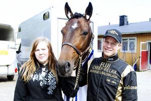 Erika Åsblom och Olle Alsén med egentränade M T Insider.