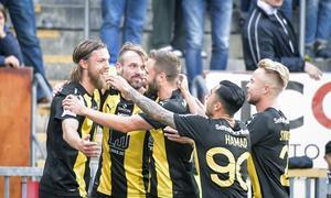 Bjørn Paulsen jublar ihop med lagkompisarna efter Hammarbys tidiga ledningsmål.