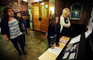 Elin Forsberg, Matilda Söderberg, Malin Buhler och Elin Nilsson skriver på protestlistan mot kommunens beslut.