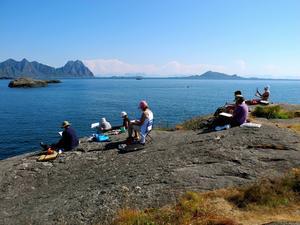 Utsikten från en udde utanför Kunstnerhuset i Svolvær, där man bor och målar under akvarellveckan på Lofoten.   Foto: Marianne Chayet