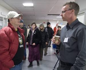 SPORTSNACK. Sportchefen Stisse Åberg mötte både läktarkramare och läktarrivare. Nisse Nyhlén i Brynäströja hör till den senare gruppen.