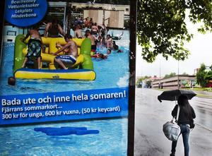 Bada inne och ute hela som(m)aren. En illvillig tryckfelsnisse har varit framme när kommunen gör reklam för Fjärran Höjder-badet.