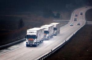 Tre lastbilar på vardera 32 meter kör i konvojen.