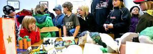 Elever som gjort konstverken, lärare, föräldrar och anhöriga trängs i ABF-lokalen.