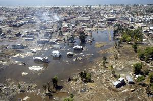 UTPLÅNAD STAD. På flygfoton syns hur enorma områden i provinsen Aceh i Indonesien har blivit fullständigt massakrerade av vågorna. Det tog lång tid för räddningspersonal att ta sig till de värst drabbade platserna. Därför stod det inte klart från början hur hårt Indonesien hade drabbats.
