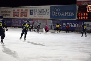 Viktor Janérs har precis lyft bollen förbi Patrick Kaemmerlé till 4–2 för ÖSK bandy.