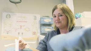 """""""Vi har alltid samtal med våra patienter innan det bestäms vilket preventivmedel som passar just den enskilda individen. Sedan följs det upp med ytterligare samtal"""", säger Mia Låås, barnmorska på Ungdomsmottagningen i Fagersta."""