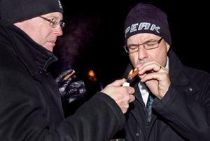 Firade med cigarr. Håkan Thelin och Jörgen Kuusela välkomnar det nya året.