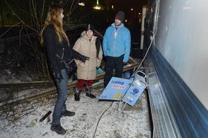 Christina Tanasse och Trandafir Muscat visar Pirjo Holmström ett av elskåpen som nu är utan ström i husvagnslägret på södra kajen sedan någon manipulerat med elledningarna.