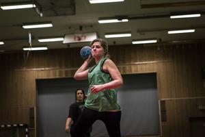 Åldrar och erfarenheter av handboll är spridda. Annelen Rolandsson, 29 år, har spelat handboll förut. Men det var tio år sedan sist.