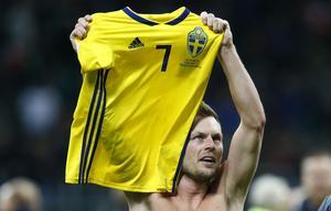 Sebastian Larsson var överväldigad efter slutsignalen.