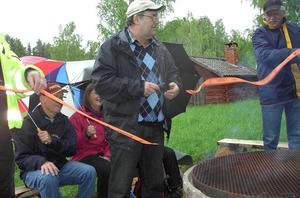 Leif klipper av invigningsbandet. Bild: Inger Bergqvist.