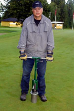 Per Anders Andersson stämplar nya hål för bollkopparna.