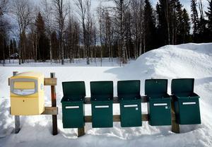 Det är öppna spjäll på postlådorna i Laxviken när vinden ligger på från sjön och fjällen i väster.