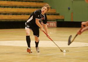 Skott kommer. Emil Forsberg i Sundsvall Citys svarta matchställ på parketten i Sundsvalls Sporthall.