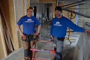 Inbrott. Martin Berger och Ulrik Carlsson på byggföretaget Carlsson & Berger blev av med verktyg för cirka 100 000 kronor. Här vid ett husbygge på Carl Jan Grankvists väg på Skrantåsen i Lanna.