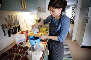 – Matlagning är ett måste, men bakar det gör man för att man vill. Det är mer lustfyllt, säger Elin.