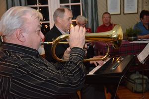 Känsla för musik. Lennart Axelsson spelade flygelhorn och synttrakterande Rolf Knutsson hjälpte allsångarna in i rätt tonart.