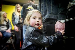 Nova Sjöqvist gillar att hänga med sin pappa Fredrik i garaget.