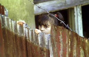 En romsk flicka i staden Velke Hamry i Tjeckien, nordöst om Prag. Arkivbild.